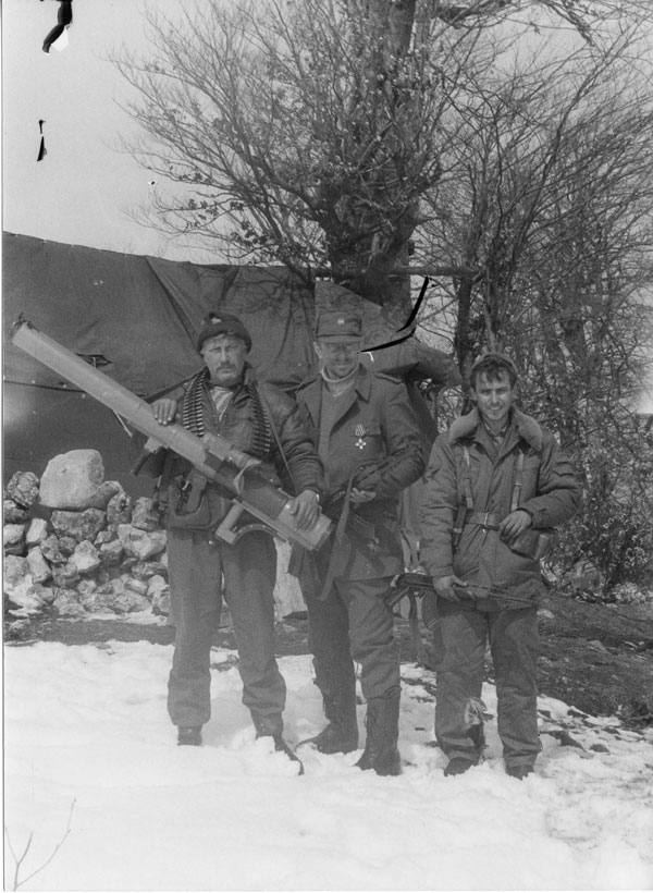 Русские добровольцы в марте 1993 года на позициях на горе Заглавак под Горажде с ручным противотанковым гранатометом югославского производства.
